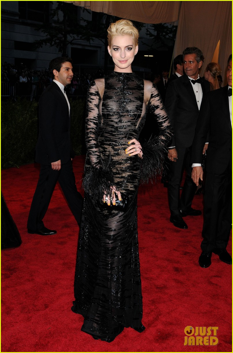 anne hathaway bleach blonde hair at met ball 2013 012865203