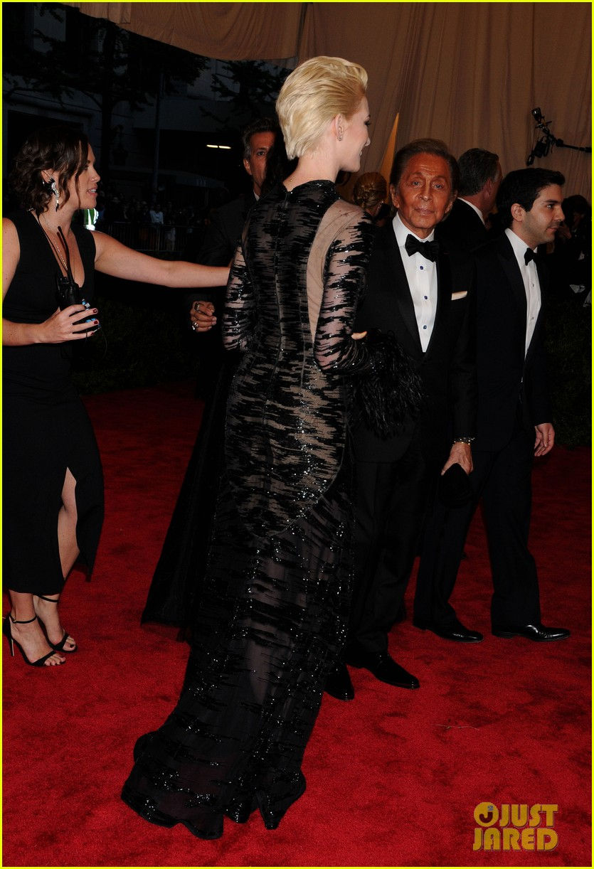 anne hathaway bleach blonde hair at met ball 2013 032865205