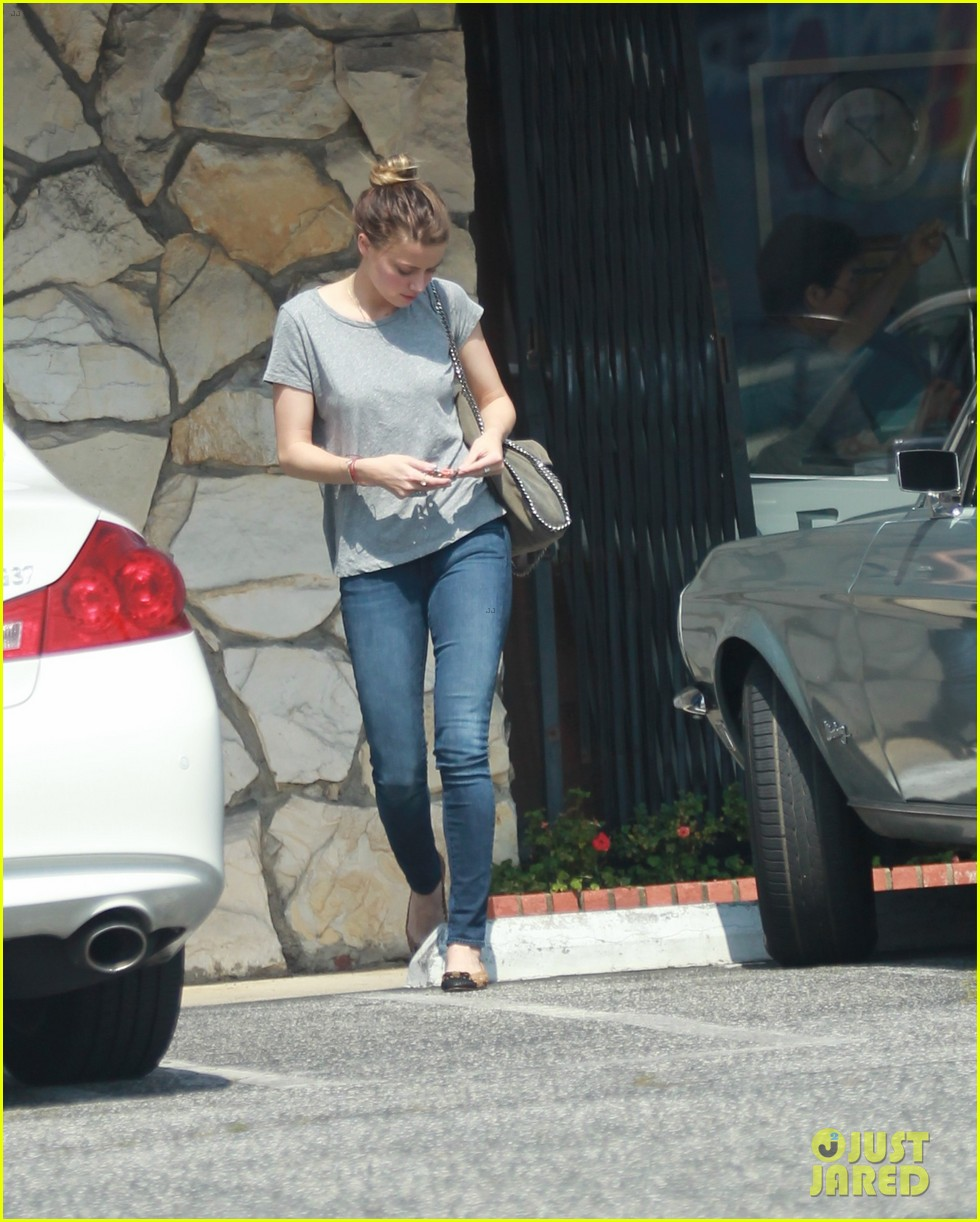 amber heard stops at cleaners after met ball trip 02