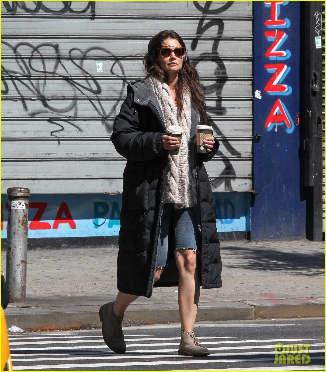 katie holmes music coffee on set 032870165