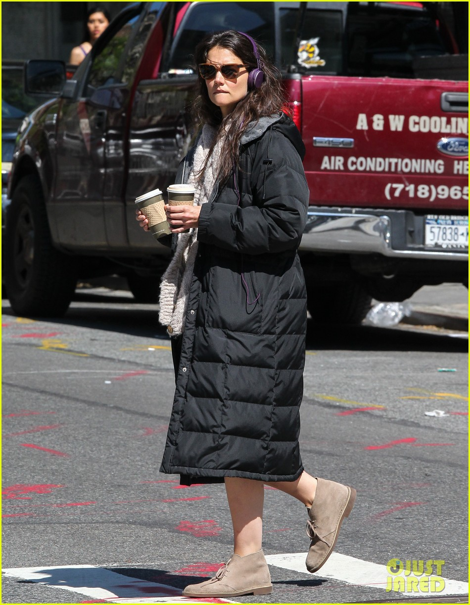 katie holmes music coffee on set 052870167