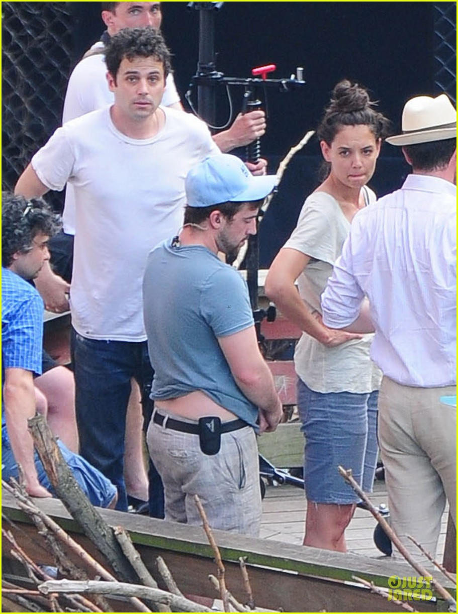 katie holmes luke kirby t shirt costars on mania days set 01