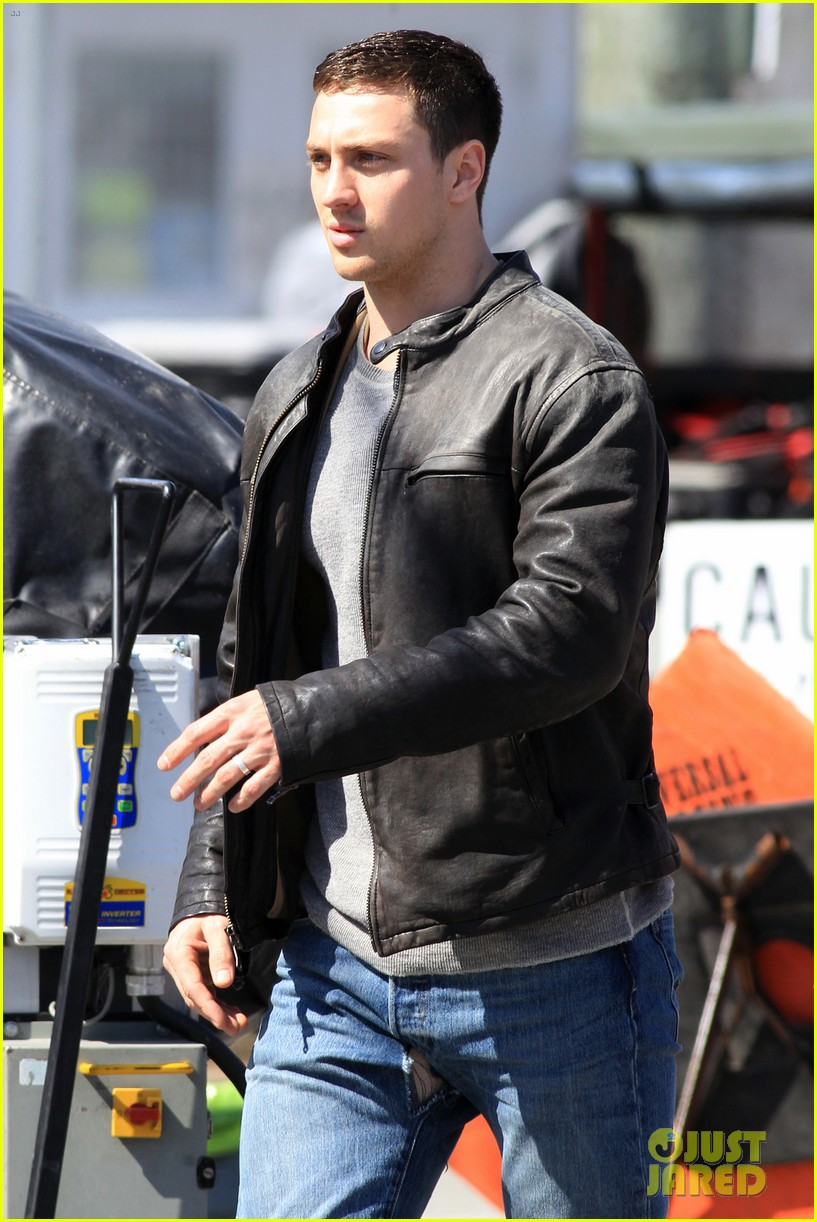 aaron taylor johnson rips crotch in jeans on godzilla set 06