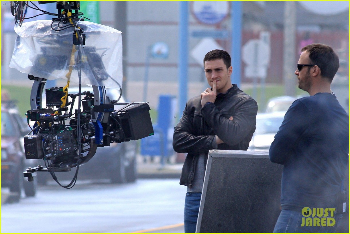 aaron taylor johnson rips crotch in jeans on godzilla set 14
