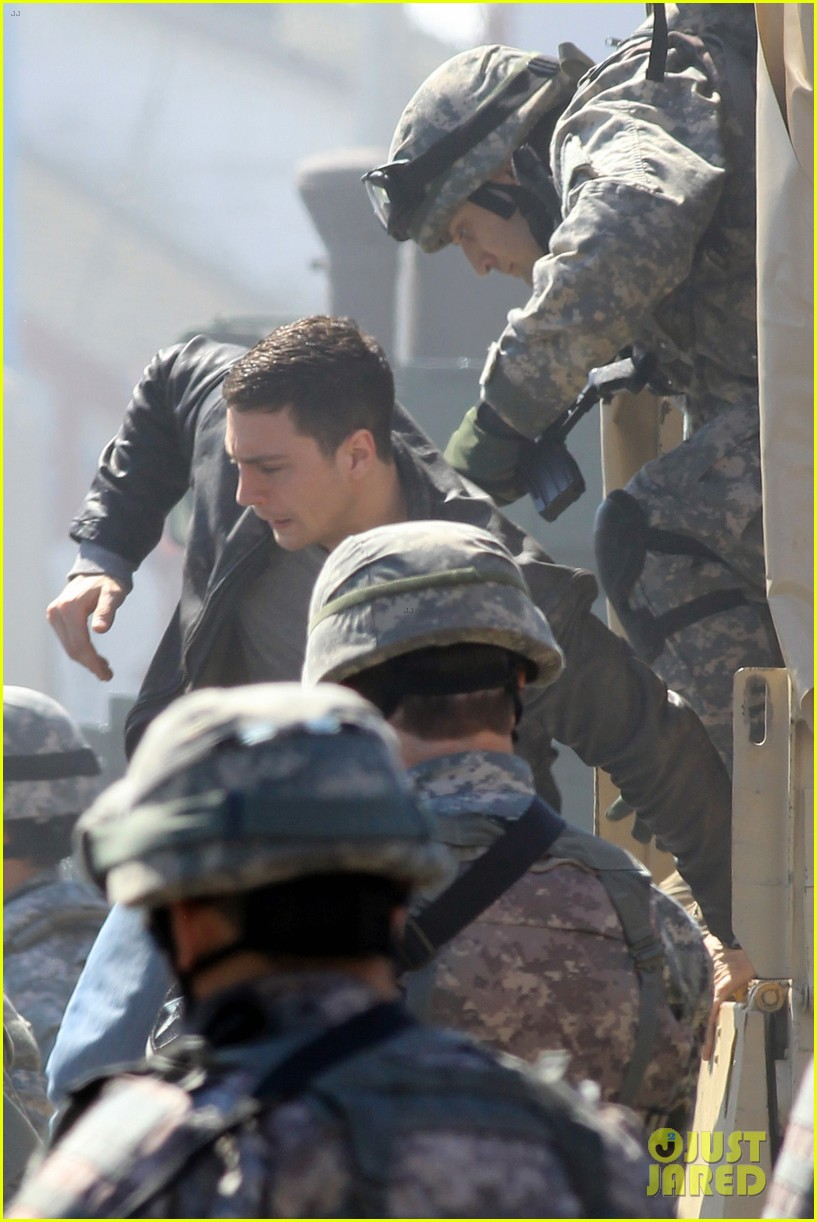 aaron taylor johnson rips crotch in jeans on godzilla set 17