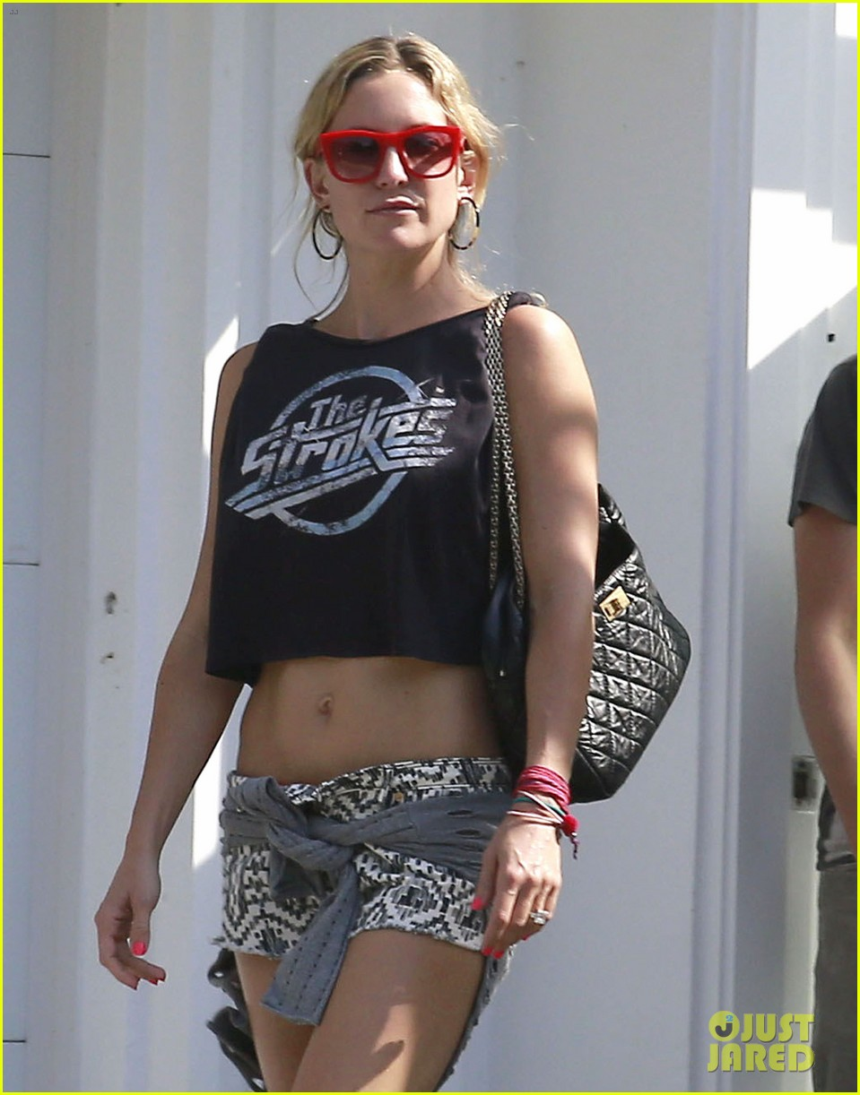 kate hudson midriff baring party goer 02