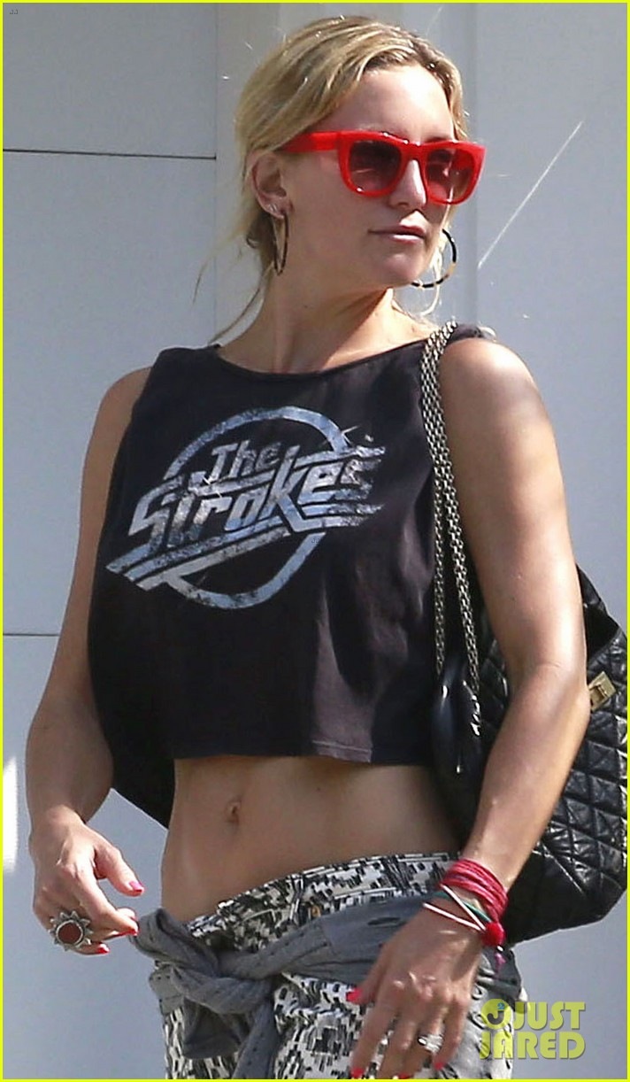 kate hudson midriff baring party goer 06