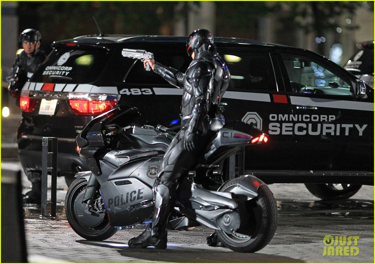 joel kinnaman suits up for robocop reshoots 18