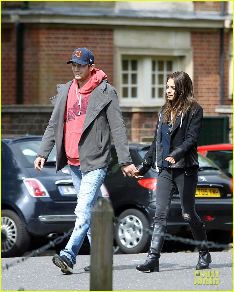mila kunis ashton kutcher london coffee with the parents 03