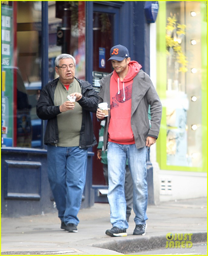 mila kunis ashton kutcher london coffee with the parents 04