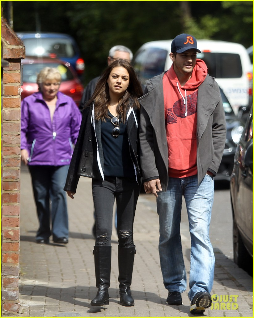 mila kunis ashton kutcher london coffee with the parents 082872765