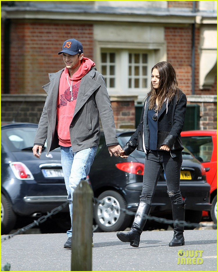 mila kunis ashton kutcher london coffee with the parents 10