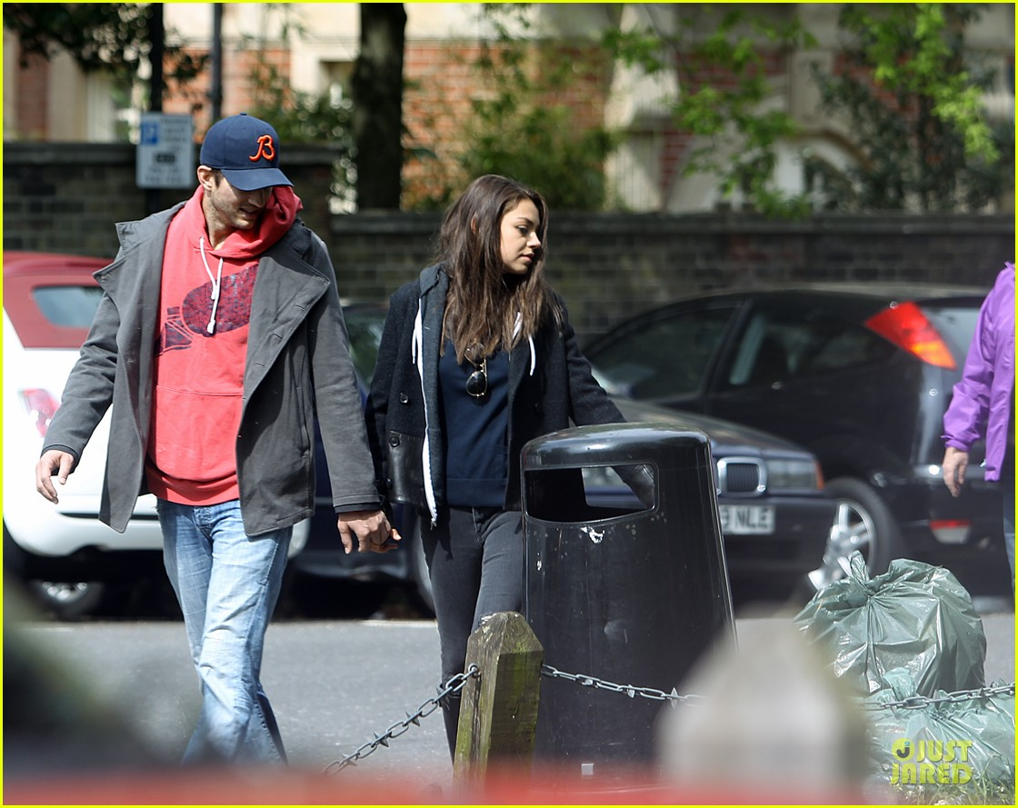mila kunis ashton kutcher london coffee with the parents 12