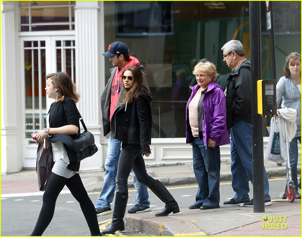 mila kunis ashton kutcher london coffee with the parents 15