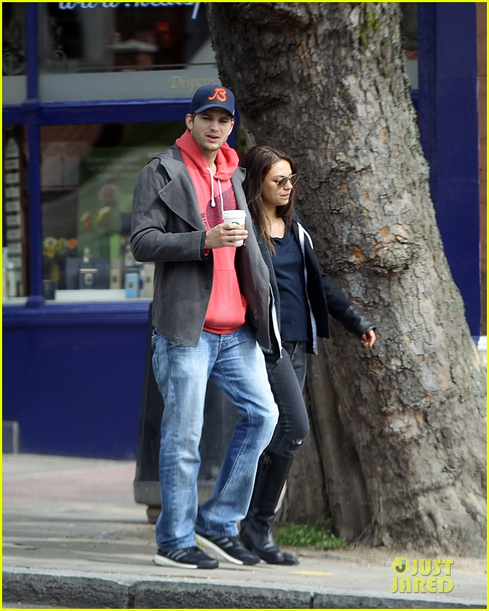 mila kunis ashton kutcher london coffee with the parents 242872781