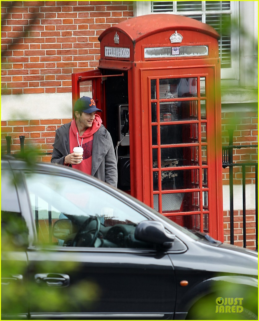 mila kunis ashton kutcher london coffee with the parents 26