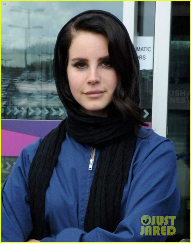 lana del rey scotland arrival with boyfriend barrie james oneill 02