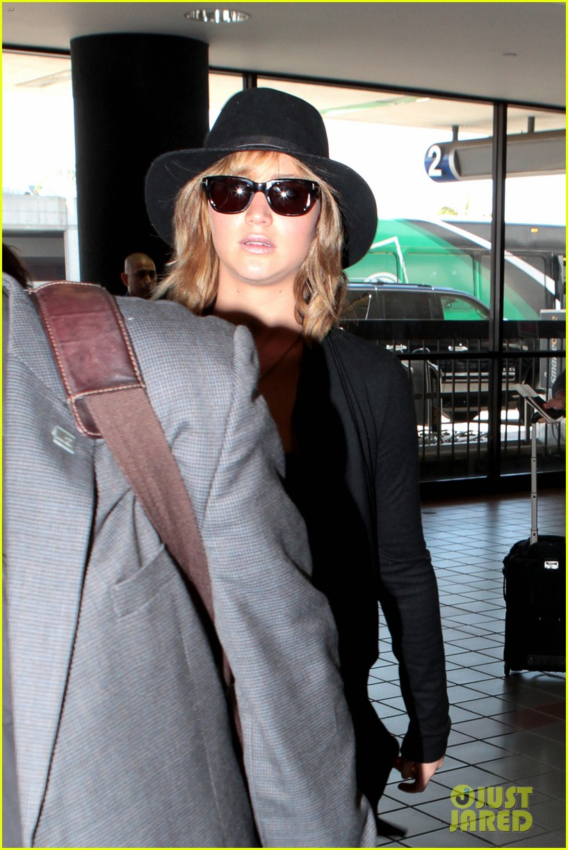 jennifer lawrence jets off to montreal for x men shoot 04