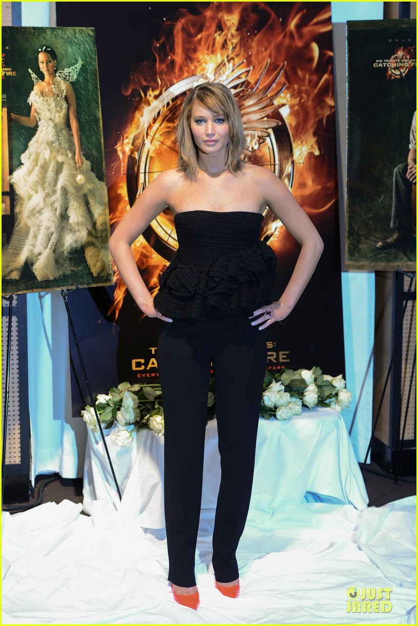 jennifer lawrence liam hemsworth catching fire cannes photo call 012872724