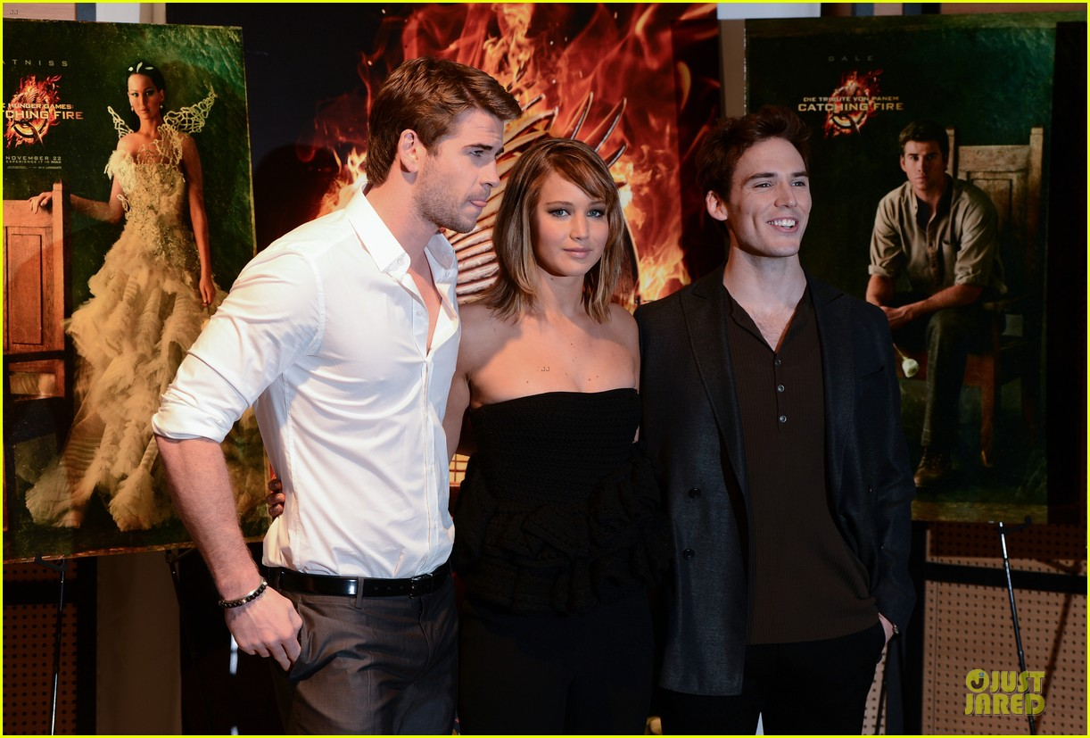 jennifer lawrence liam hemsworth catching fire cannes photo call 112872734