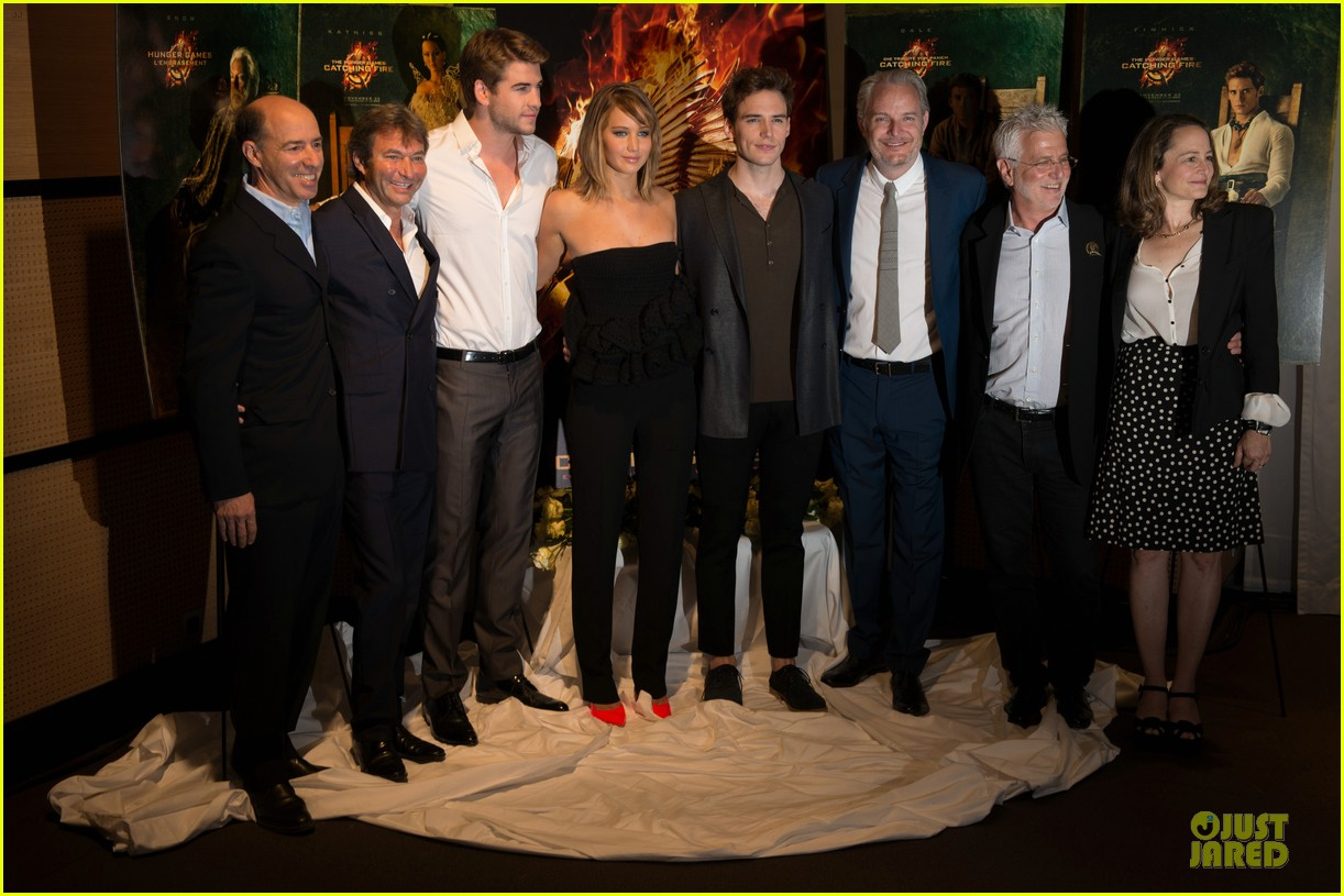 jennifer lawrence liam hemsworth catching fire cannes photo call 15