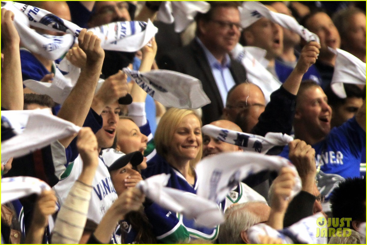 lea michele cory monteith cheer on the canucks 04