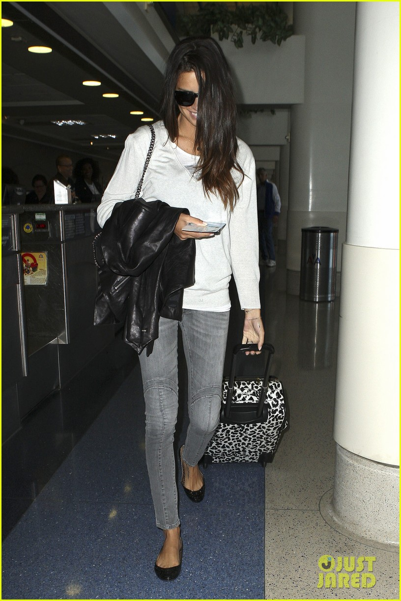 adriana lima heads to nyc after delayed flight 04