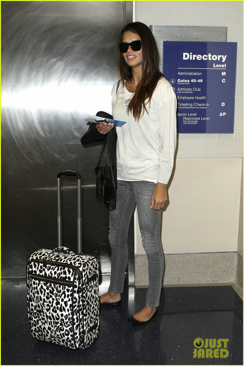 adriana lima heads to nyc after delayed flight 102871689