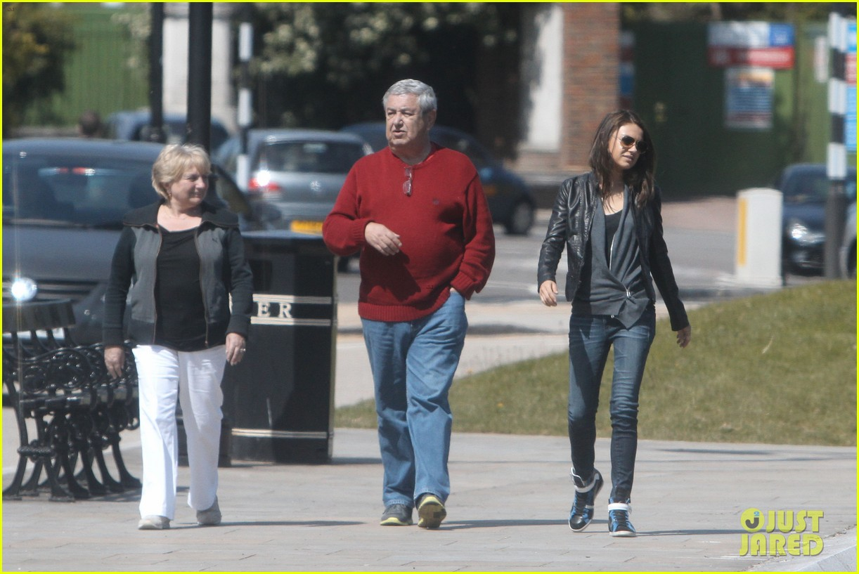 mila kunis takes a london stroll with her parents 062878612