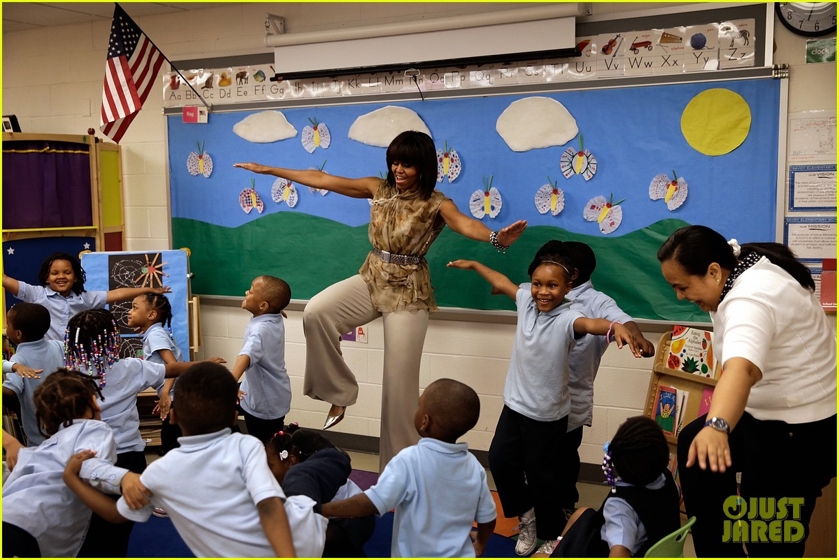michelle obama kerry washington exercise with savoy school students 082877499