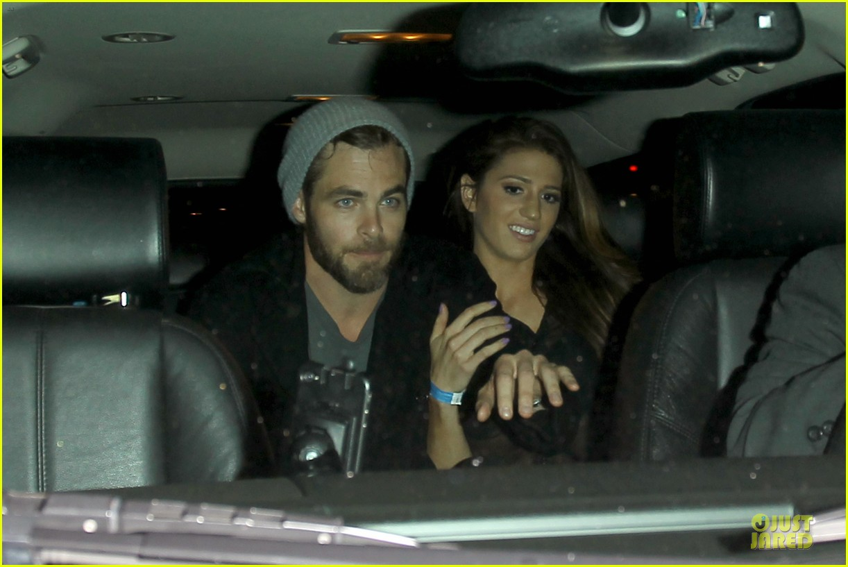 chris pine hold hands with mystery gal at bootsy bellows 04