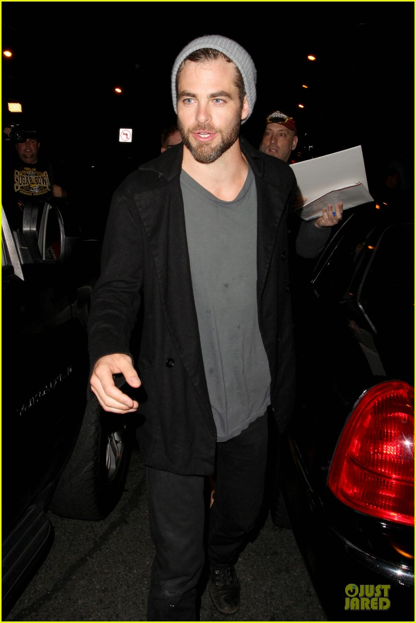 chris pine hold hands with mystery gal at bootsy bellows 09