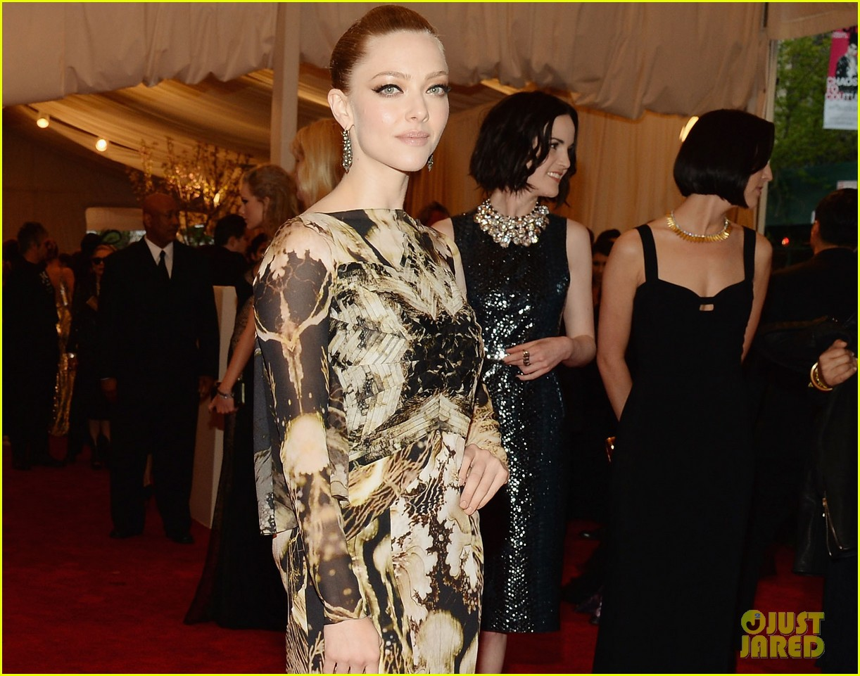 amanda seyfried met ball 2013 red carpet 032865174