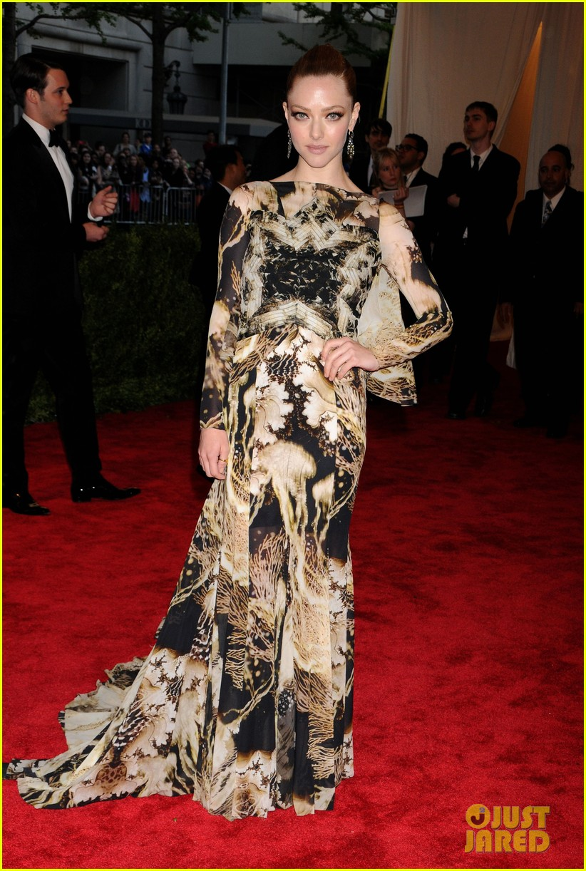 amanda seyfried met ball 2013 red carpet 05