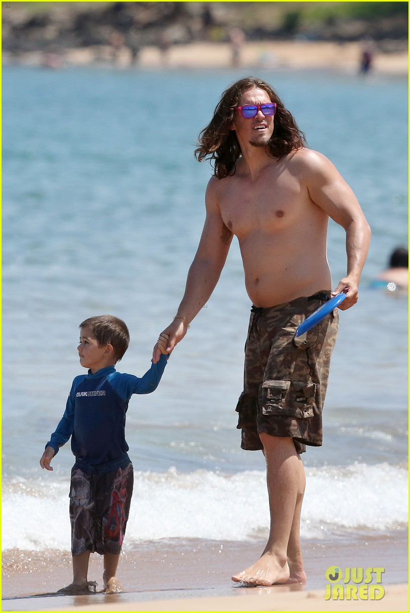 sarah shahi bikini family vacation with shirtless steve howey 082881148