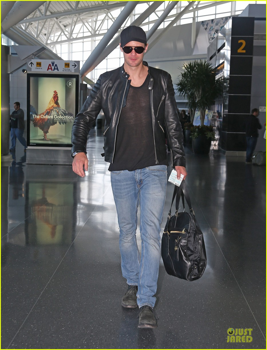 alexander skarsgard jfk airport departure after met ball 01