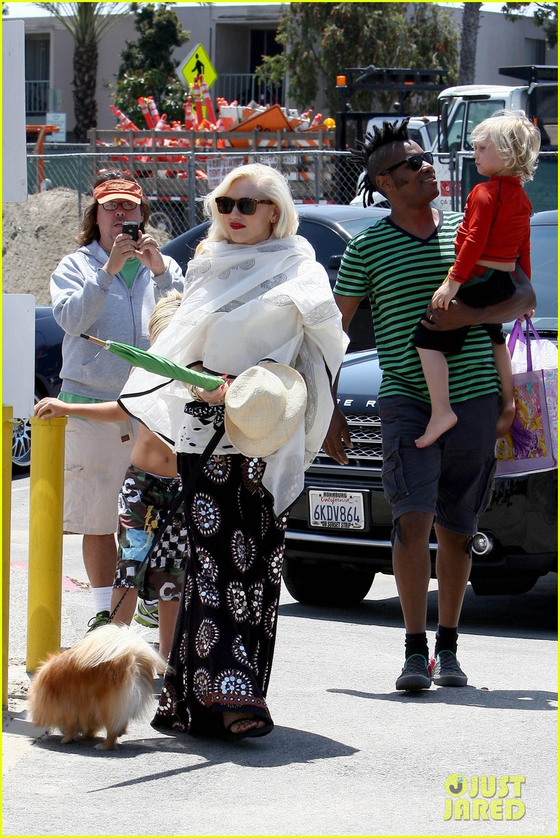 gwen stefani spends beach day with kingston zuma 042874462
