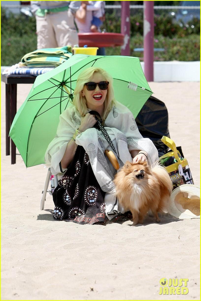 gwen stefani spends beach day with kingston zuma 06
