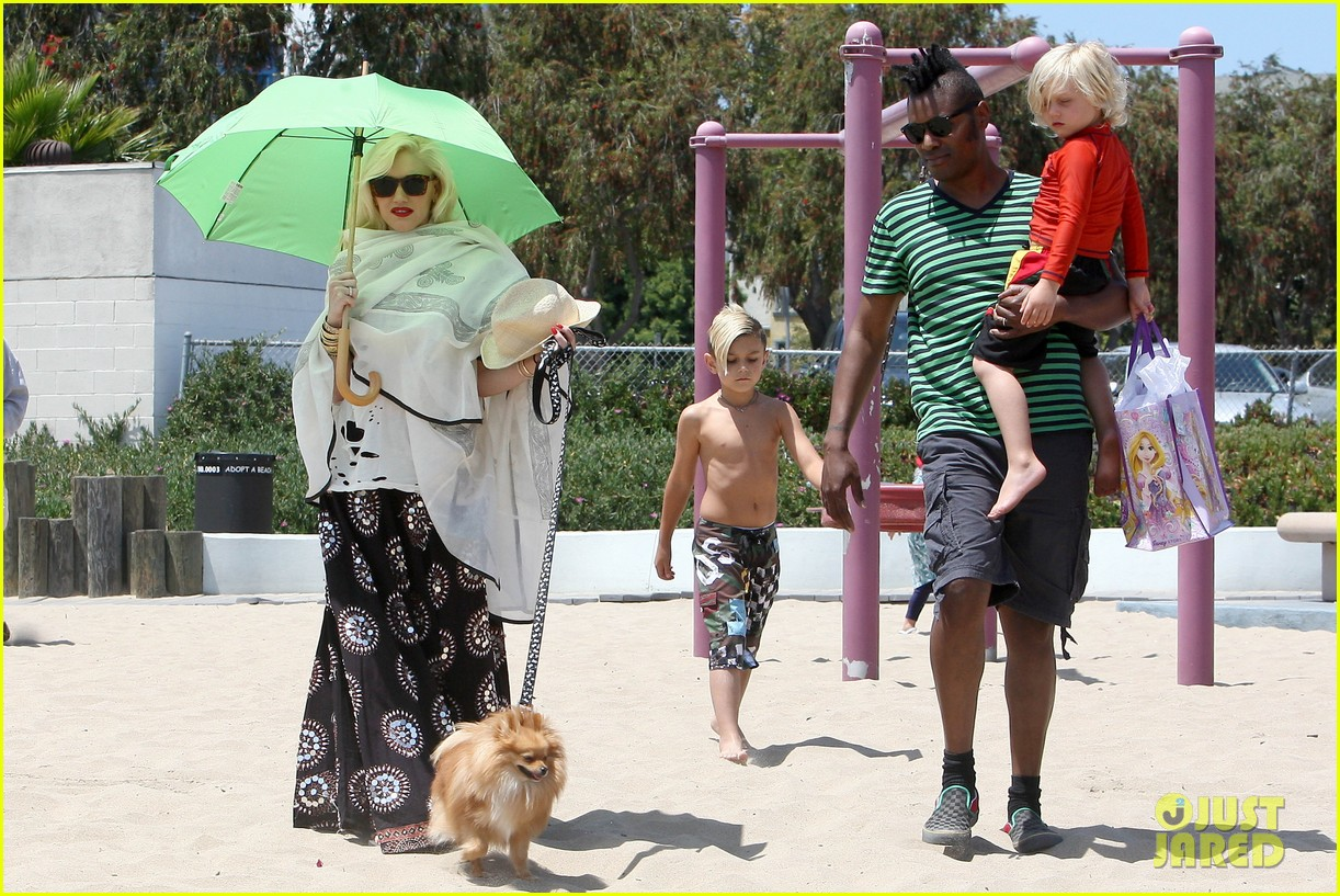 gwen stefani spends beach day with kingston zuma 09
