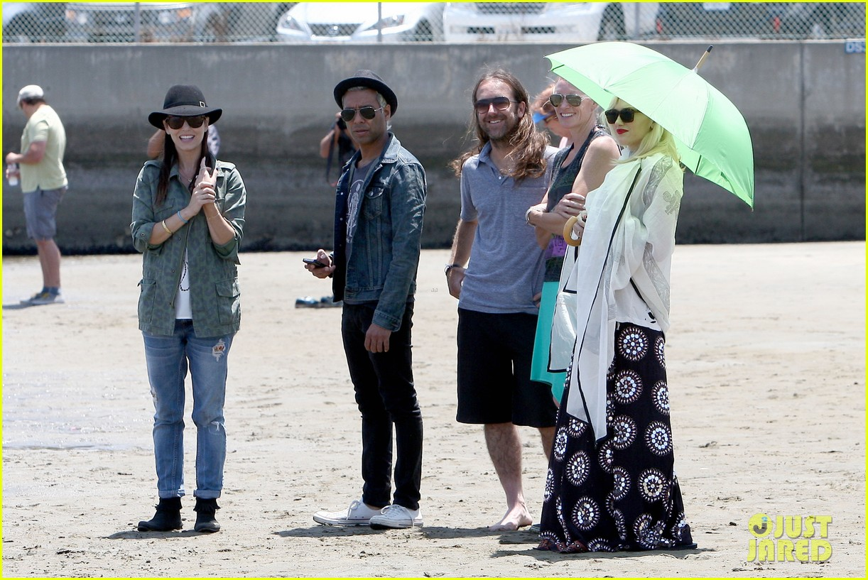 gwen stefani spends beach day with kingston zuma 102874468