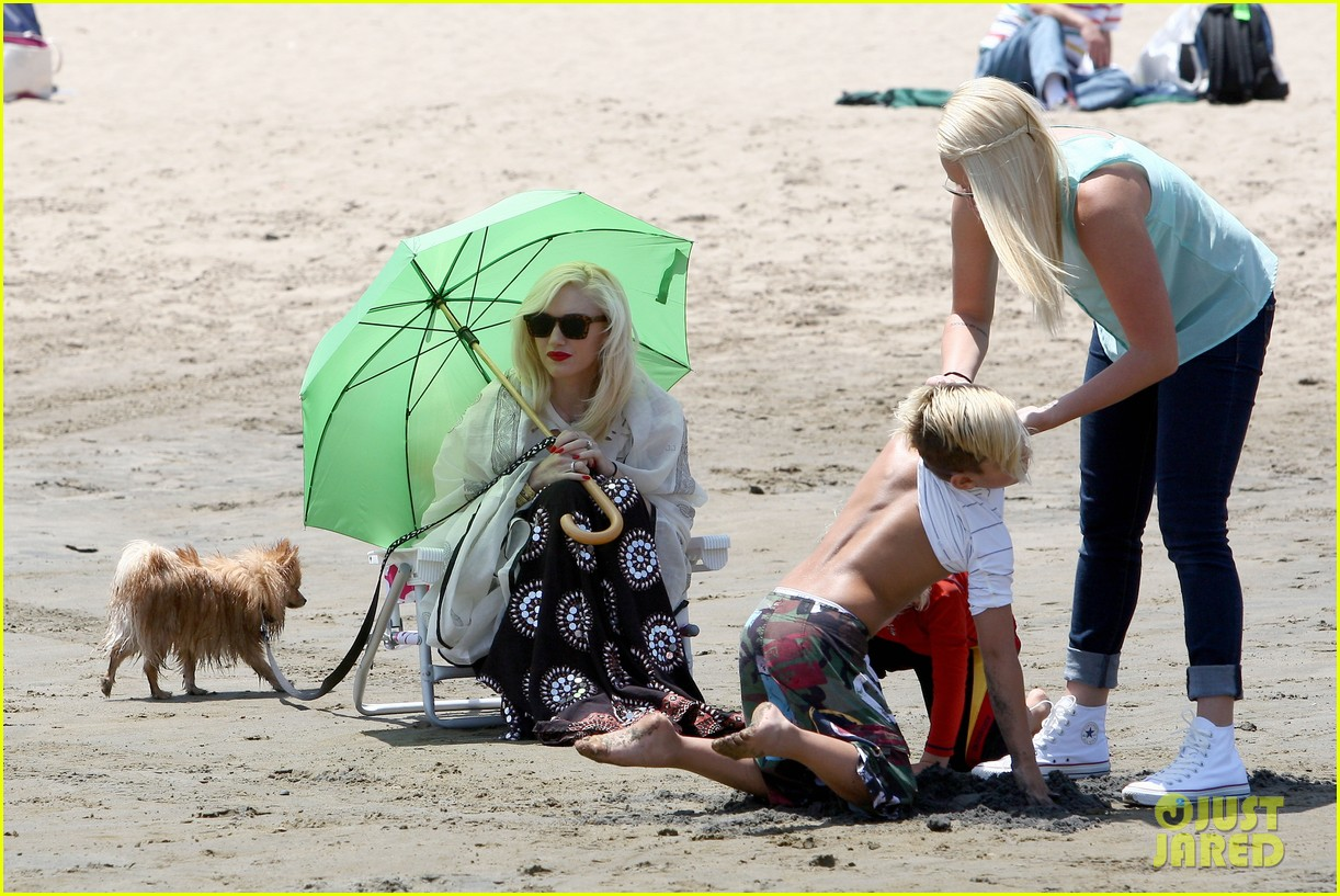 gwen stefani spends beach day with kingston zuma 172874475