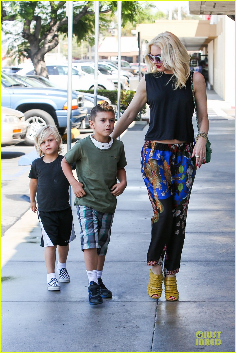 gwen stefani los angeles zoo bonding with zuma 132868835
