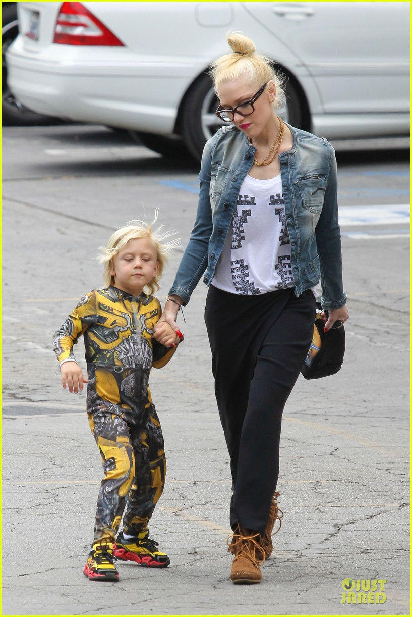 gwen stefani los angeles zoo bonding with zuma 252868847
