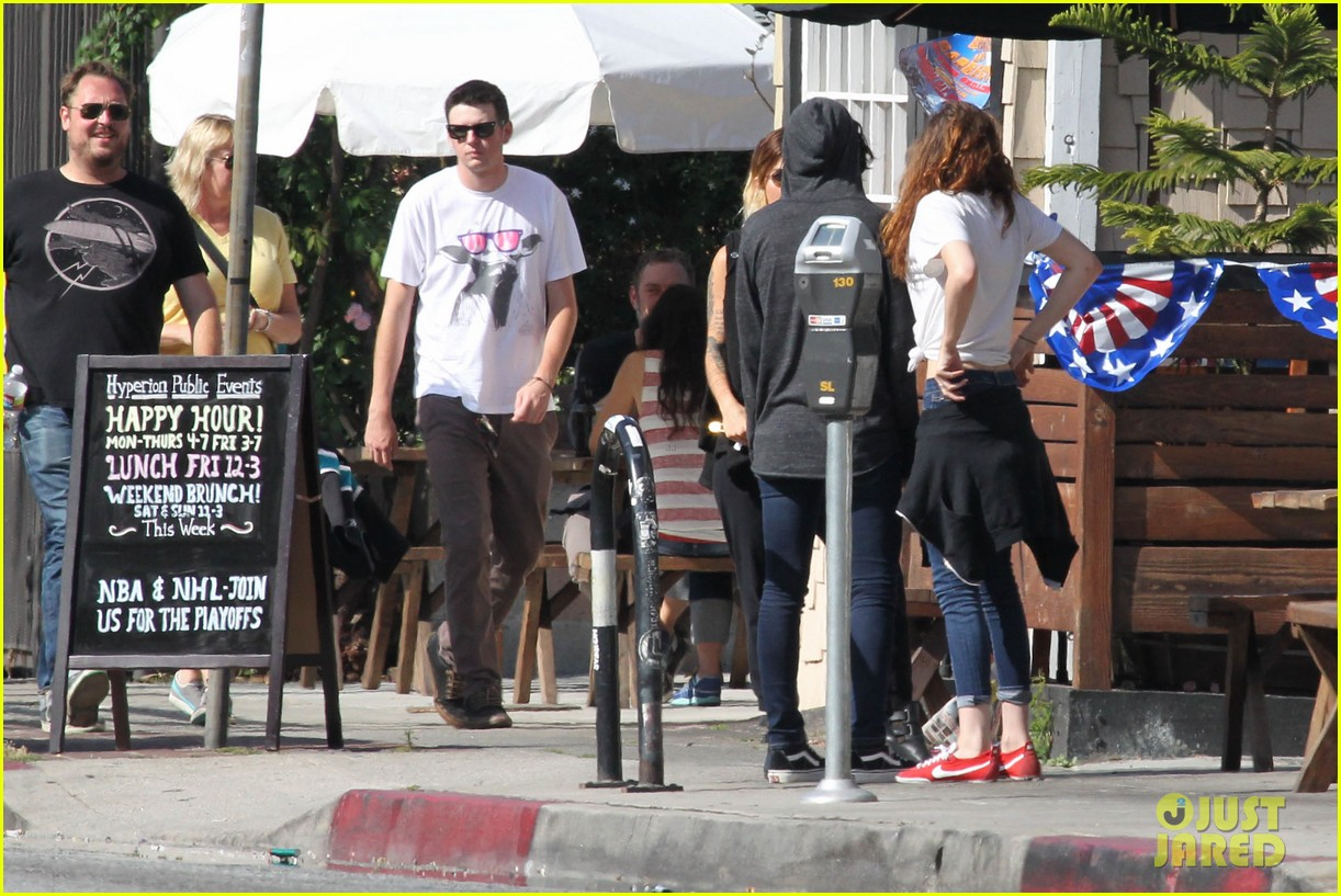 kristen stewart lunches in la with pals 27