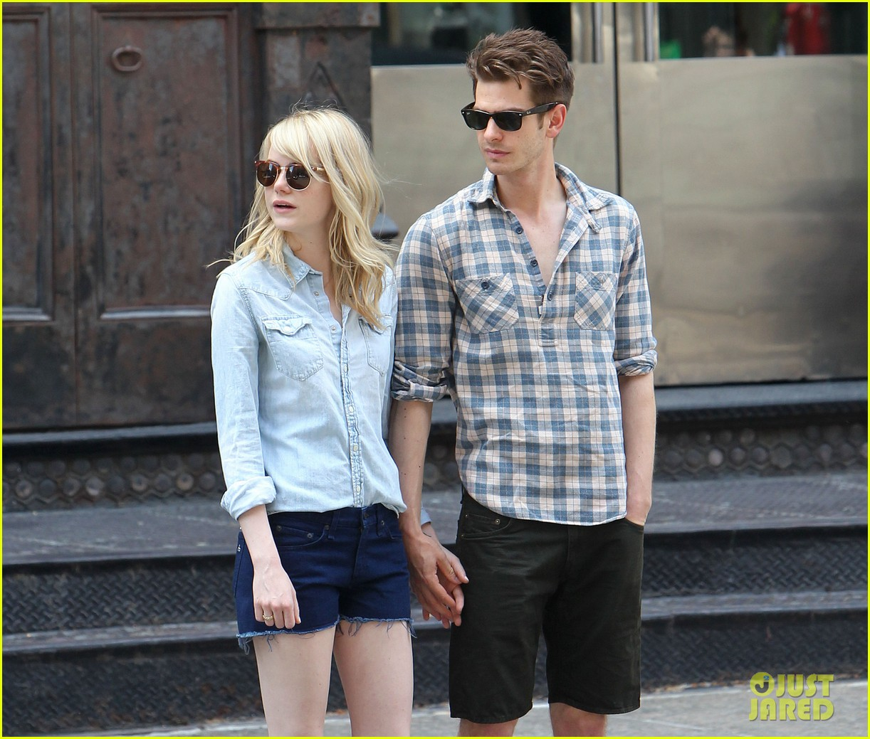 emma stone andrew garfield cuddle up in nyc 02