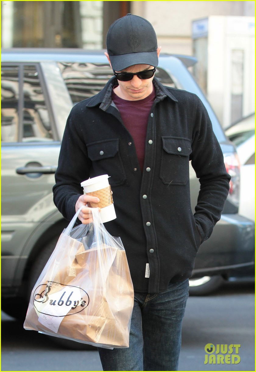 emma stone films spider man andrew garfield grabs food 04