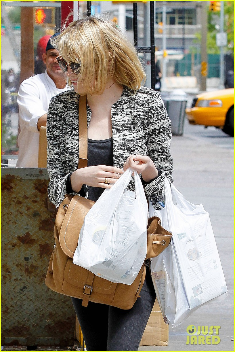 emma stone grocery gal in the big apple 02