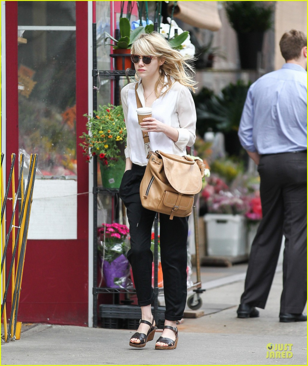 emma stone stoic reaction to mom krista breast cancer news 052876909
