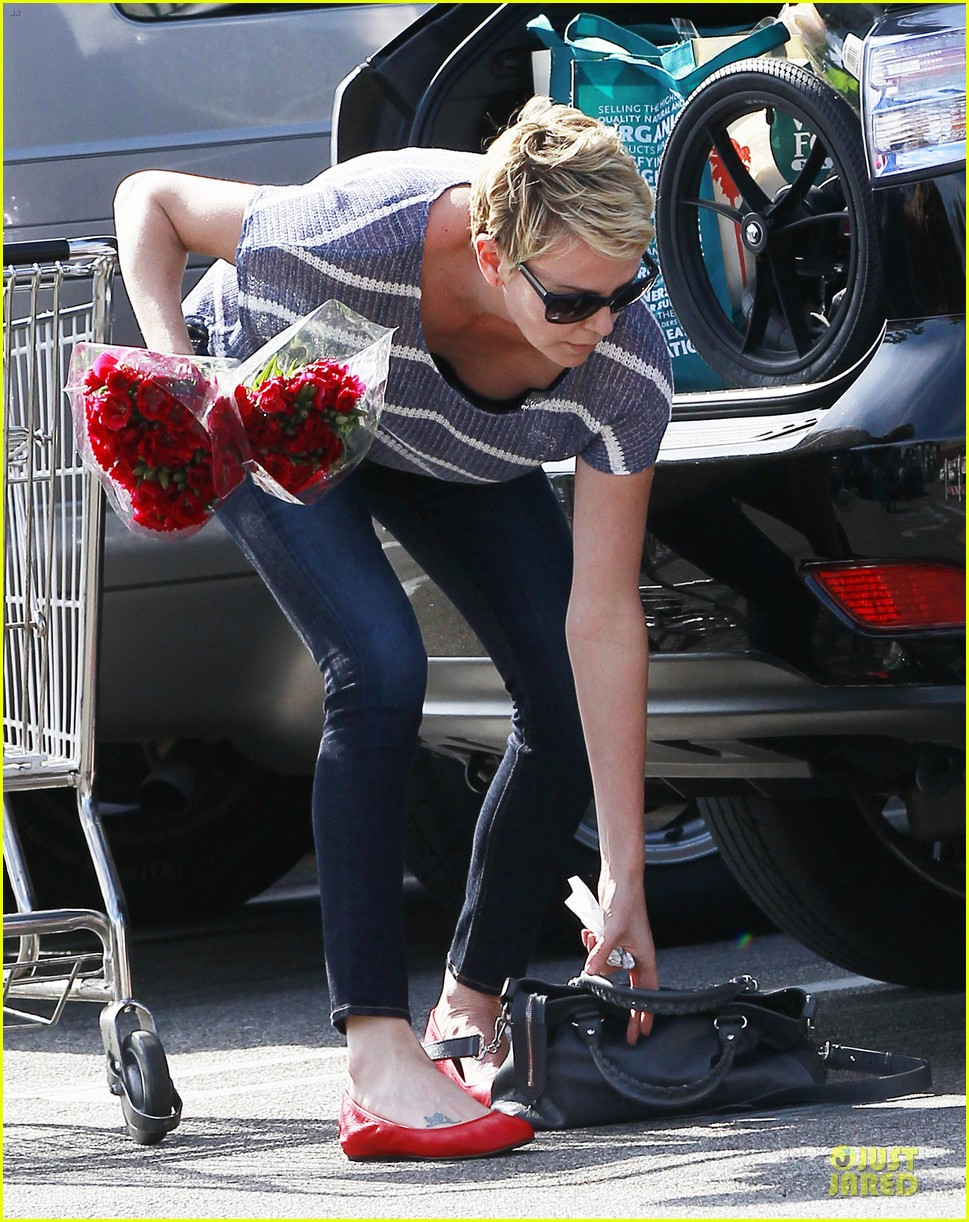 charlize theron flowers shopping at whole foods 052863214