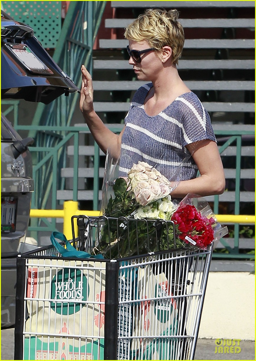 charlize theron flowers shopping at whole foods 072863216